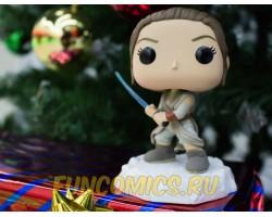 Рей со световым мечом из фильма Звёздные войны: Пробуждение силы